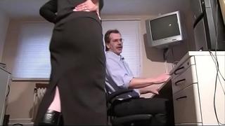 Hausfrau belohnt ihren mann mit oral-sex