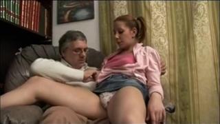 Incesti italiani - papa fa ditalino a figlia eccitata - italian family sexy