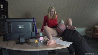 Boss licking pussy of secretary and sex with her