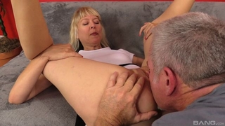 Mature slut with natural breasts gets nicely fucked on the sofa