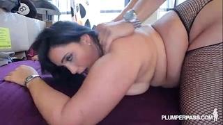Sexy bulky latin babe bangs the hunky plumber